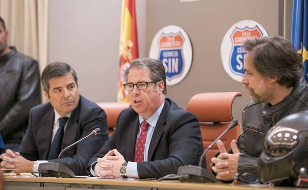 Gregorio Serrano, entre Jacobo Olalla (izq.) y Ramón Pradera (dcha.).