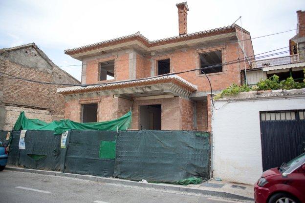 Imagen de la fachada de la casa en la que encontraron unos vecinos a la menor.