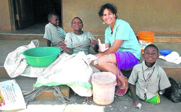 La fisioterapeuta Lorena Enebral, con unos niños tanzanos, en 2013.