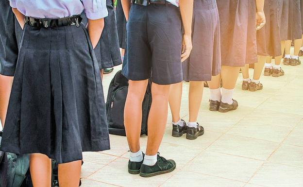 El uniforme escolar se introdujo en la Inglaterra del siglo XVI en las escuelas de caridad, como un modo de ataviar de forma barata a los niños pobres. Hoy en día está más ligado a los centros de enseñanza privados o religiosos.
