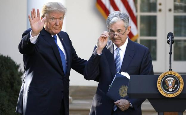 Trump (i) y Powell saludan. /Carlos Barria (Reuters)
