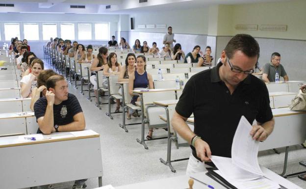 Un examen de oposiciones a profesor de Secundaria de hace unos años/SUR