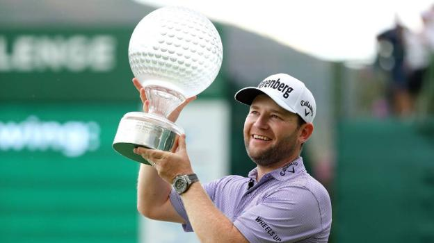 Branden Grace levanta el trofeo. :: getty images/
