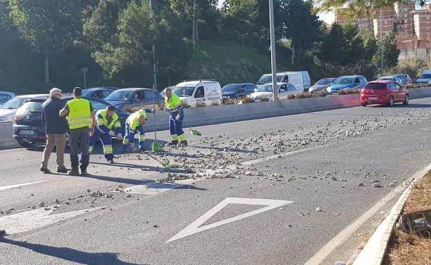 Operarios de Limasa limpiando la calzada. /Iván Plata