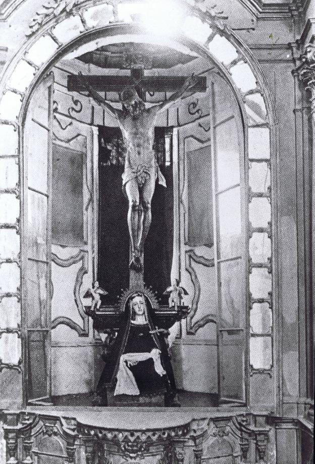 Desaparecida imagen del Cristo de la Buena Muerte, en su altar de la parroquia de Santo Domingo. :: a. agrupación /