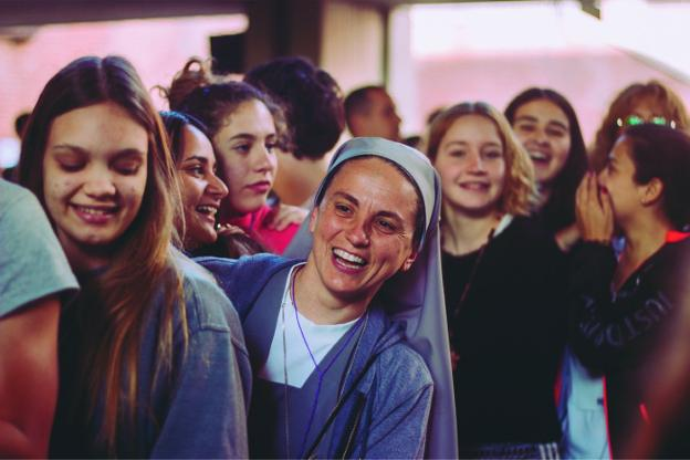 Resultado de imagen de El Sacerdote lleva la alegría a la gente