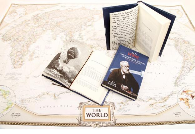 Portada y varios ejemplares del libro 'Viaje al centro de la mente' sobre un mapa. :: sur/