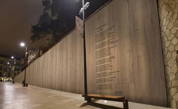 Recreación del poema en la Travesía del Pintor Nogales sobre una fachada de madera. /SUR