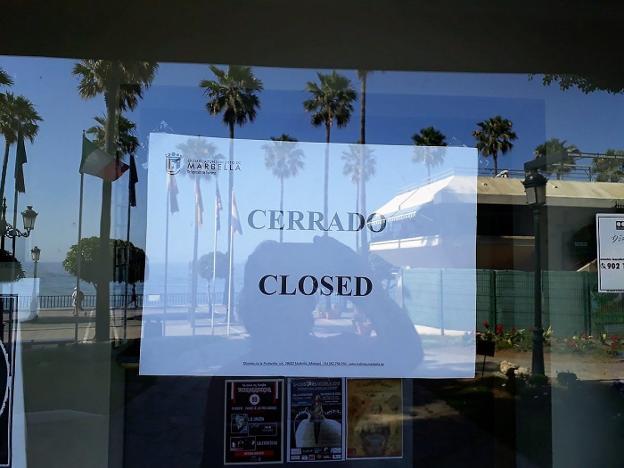 Iu critica que la oficina de turismo del paseo mar timo de for Oficina turismo marbella