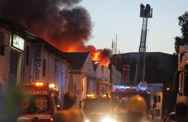 Arde una nave de muebles en el pol gono el viso diario sur - Muebles en malaga capital ...