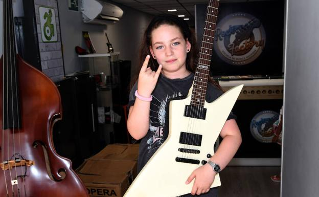 Blanca Samper, con la guitarra durante un concierto de su grupo Devils in the Sky. /Josele-Lanza -