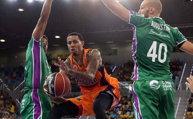 Erick Green salta entre James Augustine y Jeff Brooks./Efe
