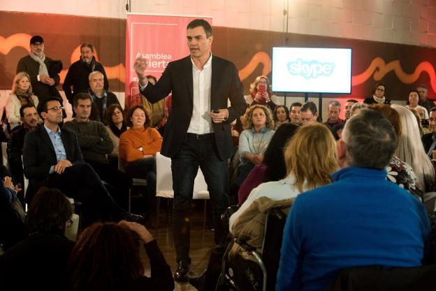 Pedro Sánchez, ayer en la asamblea abierta en Granada a la que asistió el alcalde de la ciudad, Francisco Cuenca ./EFE
