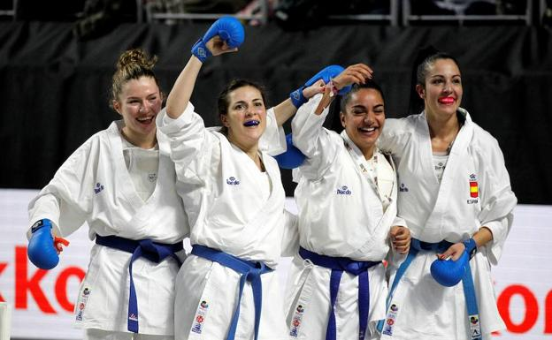 María Torres, segunda por la derecha, junto a sus compañeras del equipo de kumite español.