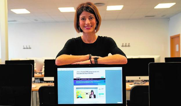 La profesora e investigadora María Sánchez muestra el blog del curso. /Félix Palacios