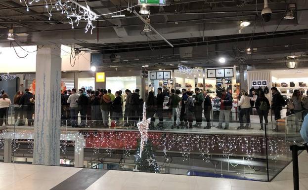 52e072cd0 Colas el día de la inauguración de la tienda en el centro comercial Larios.