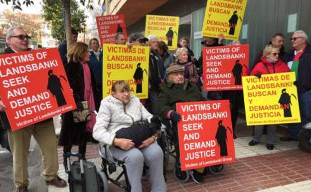 Concentración de afectados en febrero del pasado año en Marbella./Josele-Lanza -