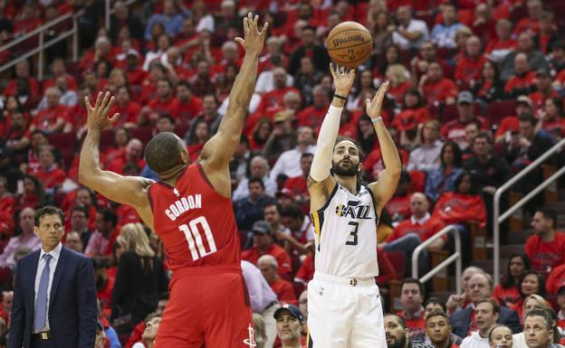 Ricky Rubio (3), lanza el balón ante el bloqueo del escolta de los Houston Rockets, Eric Gordon (10)./Troy Taormina-USA TODAY Sports