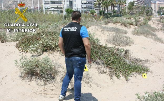 Un guardia civil en la playa de Cullera. /LP