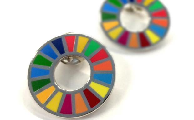 El pin con el logo de la Agenda 2030./SUR