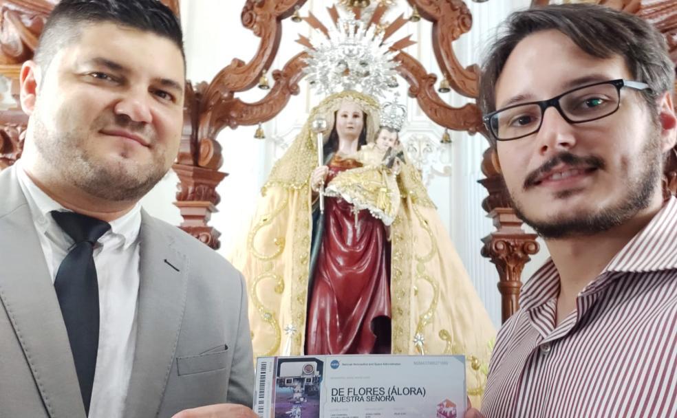 El sargento Fernández y el hermano mayor de Nuestra Señora de Flores, Álvaro Fernández, junto a la imagen y el billete de la misión espacial. /