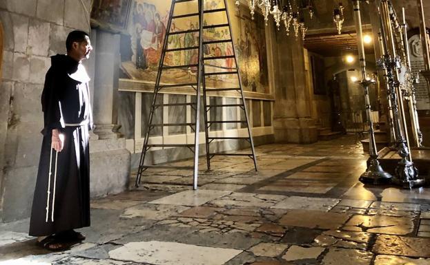 El franciscano Salvador Rosas posa en la basílica.