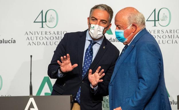 El consejero de Salud y Familias, Jesús Aguirre, y el consejero de la Presidencia y portavoz, Elías Bendodo/EFE