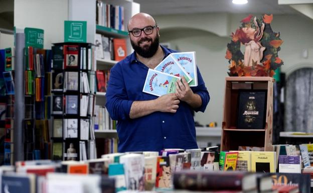 Juan Naranjo, en la librería Pérgamo de Torremolinos esta semana con el libro, que sale hoy a la venta/Ñito Salas