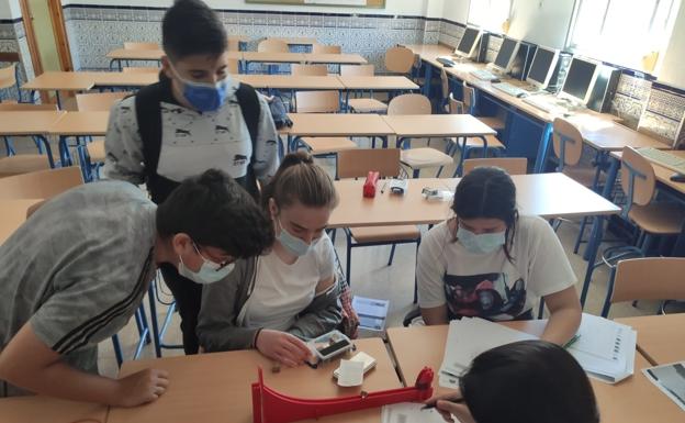 Alumnos del Romero Esteo trabajan el 'kit' aeroespacial.