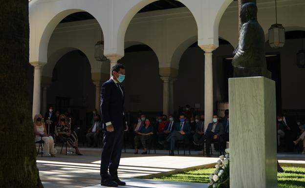 El presidente de la Junta Directiva, Juanma Moreno, entregando flores a Blas Infante en el Parlamento / Sur