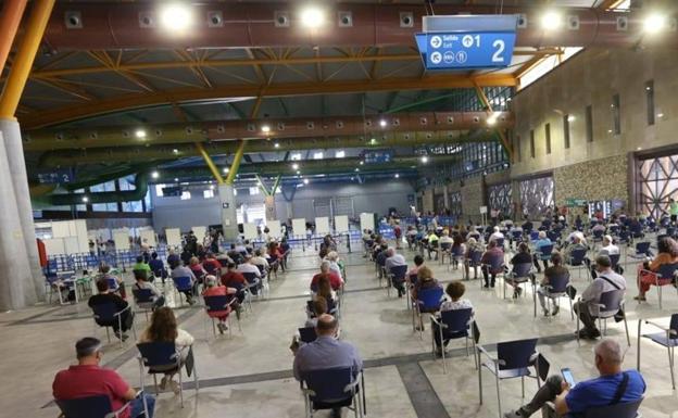 Centro de vacunación en la capital malagueña / Salvador Salas