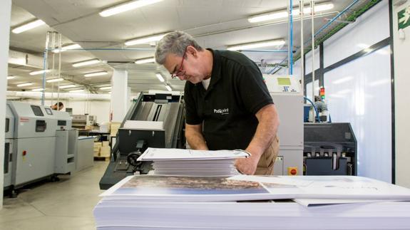 Uno de los operarios en la imprenta de Grupo IC. /